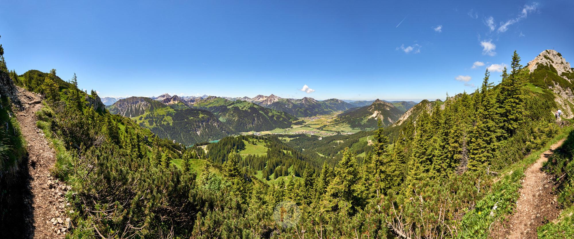 Aussicht vom Wanderweg auf das Tannheimer Tal im Sommer, Tirol, Österreich