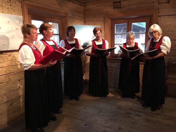 Der Bäuerinnen-Chor aus dem Tannheimer Tal bei der Vernissage